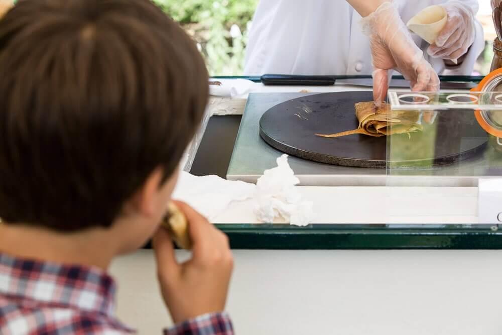 Voitures à gourmandises avec crêpière intégrée par Aktuel, idéale pour la chandeleur
