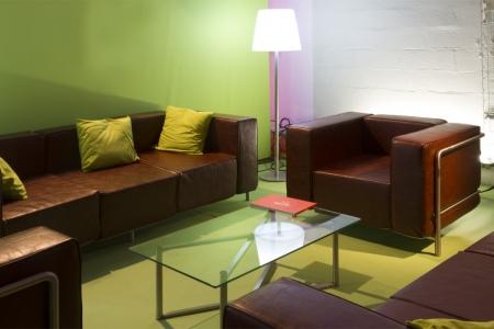 Coin salon avec des canapés et une basse éclairé par un luminaire ALI BABA par AKTUEL