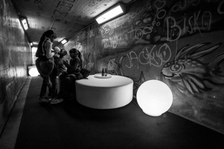 Tunnel et murs graffés éclairé par des luminaires GLOBES CRYSTAL MOON par AKTUEL