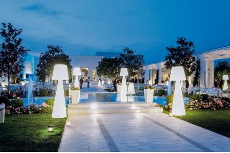 Événement extérieur à Cannes avec allée éclairée par les luminaires PIVOT par AKTUEL
